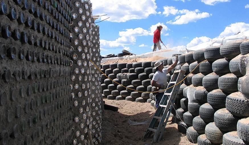 Earthship ou géonef, maison écologique en pneus et canettes usagées