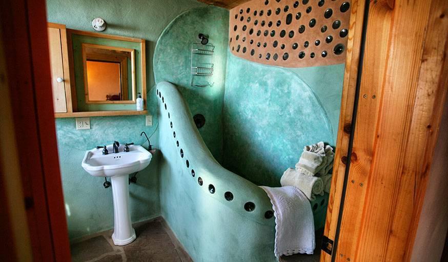 Earthship ou géonef, maison écologique construite avec des pneus et des canettes