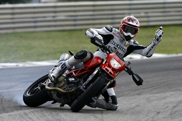 Moto en plein virage