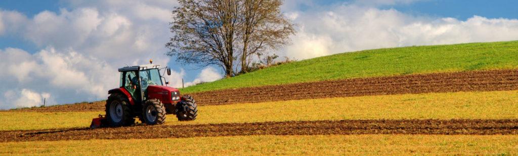 Engin agricole dans un champ