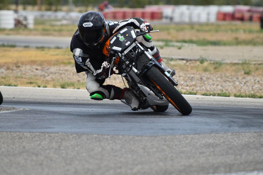 Pilote moto sur Honda CBR125R