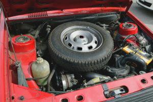 Roue de secours sous le capot d'une Renault 14