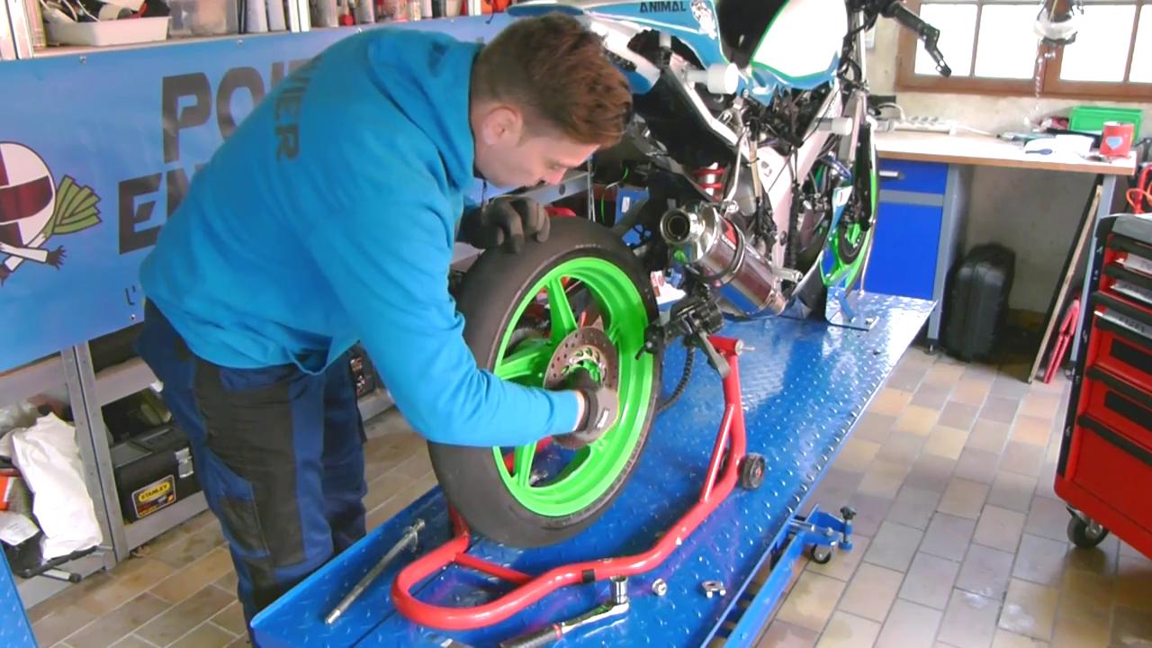 Changer une roue de moto