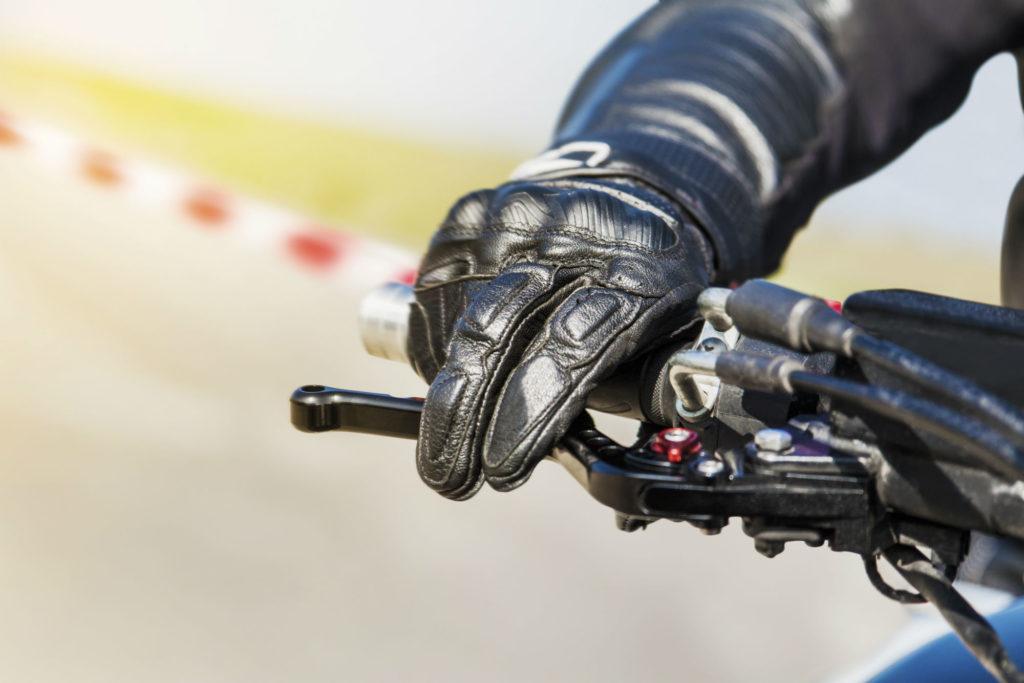Comment utiliser les freins moto ?