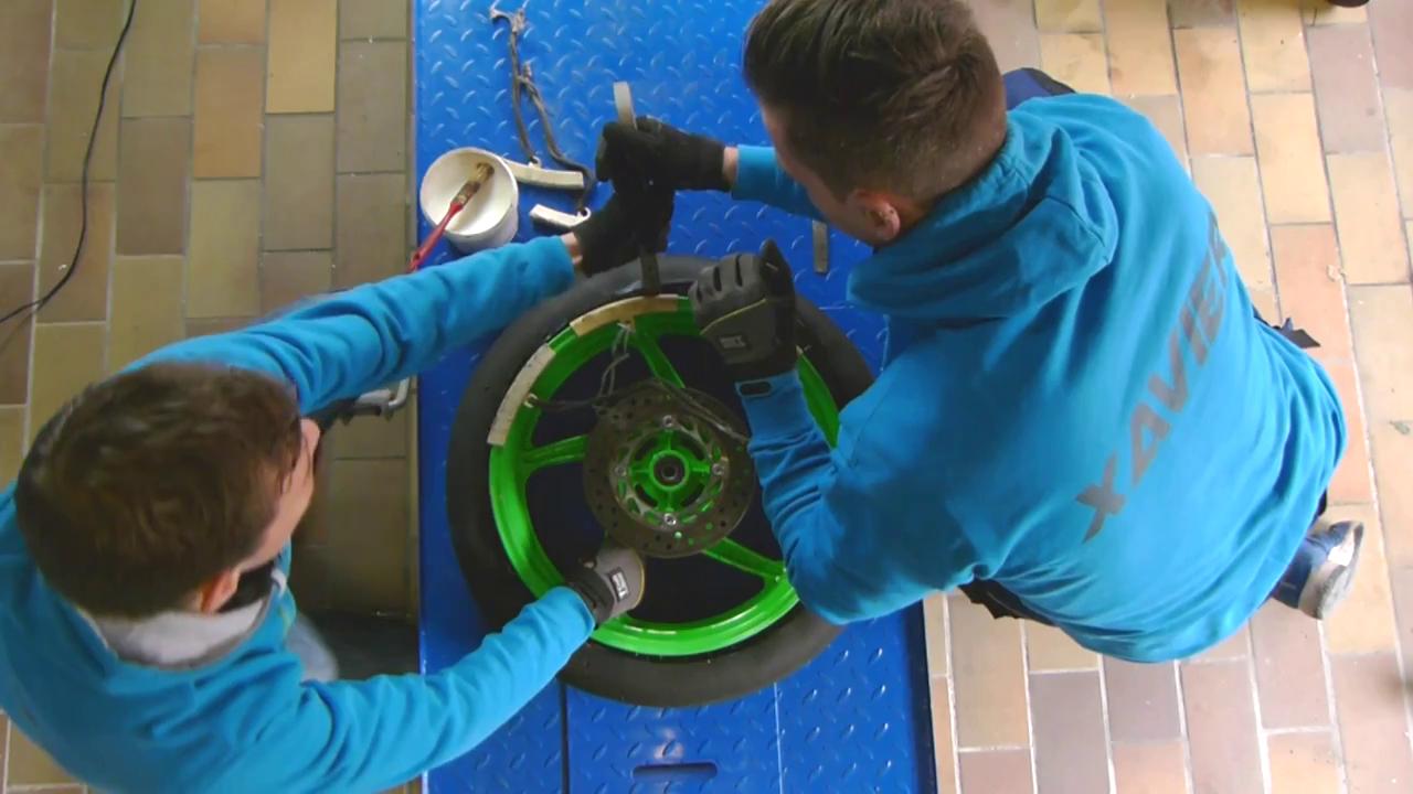 Démonter les anciens pneus moto