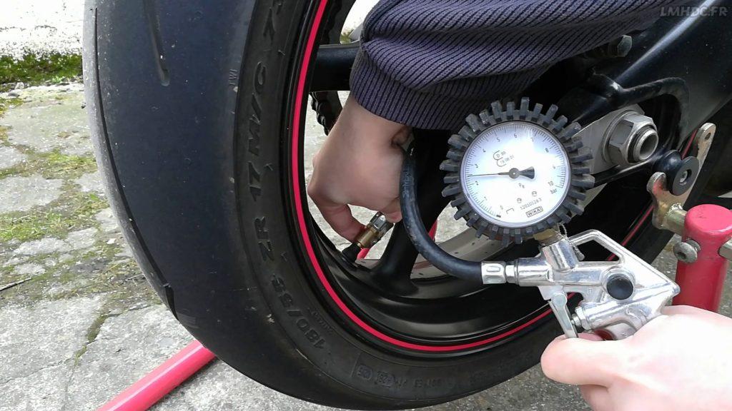 Ajuster la pression des pneumatiques moto
