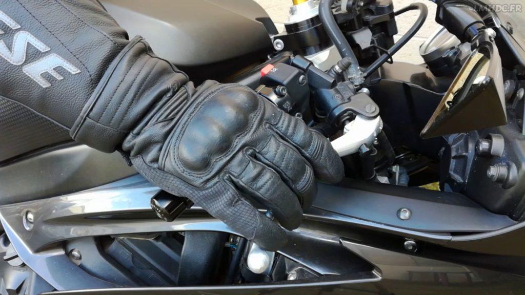 Porter des gants à moto