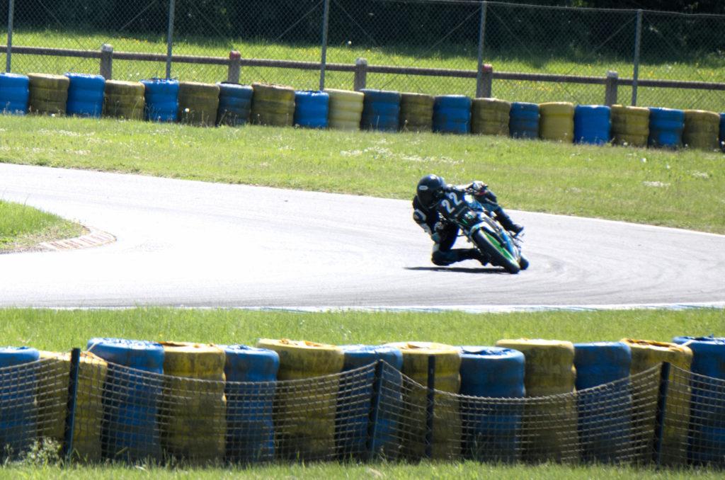 Virage moto circuit avec le pneu racing V02